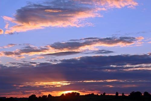 Fotobanka sbezplatnými fotkami na tému mraky, obloha, príroda, stromy