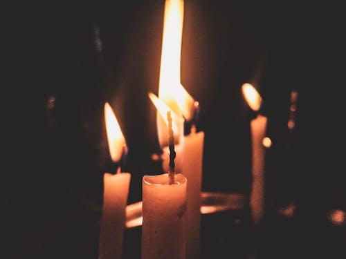 Darmowe zdjęcie z galerii z ciemny, czarne tło, światło świecy, świeca