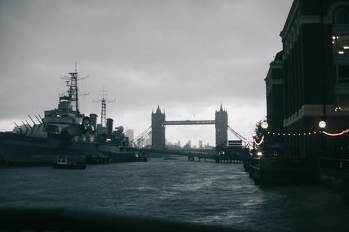 Immagine gratuita di acqua, architettura, bianco e nero, blu navy