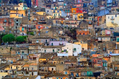 Δωρεάν στοκ φωτογραφιών με κτήρια, κτίρια, πόλη, σκεπές