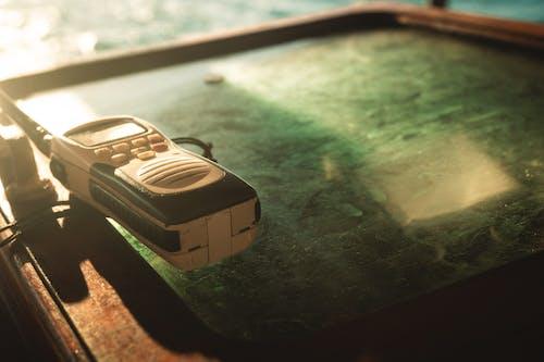 緑のガラス面の白と黒の双方向ラジオのクローズアップ写真
