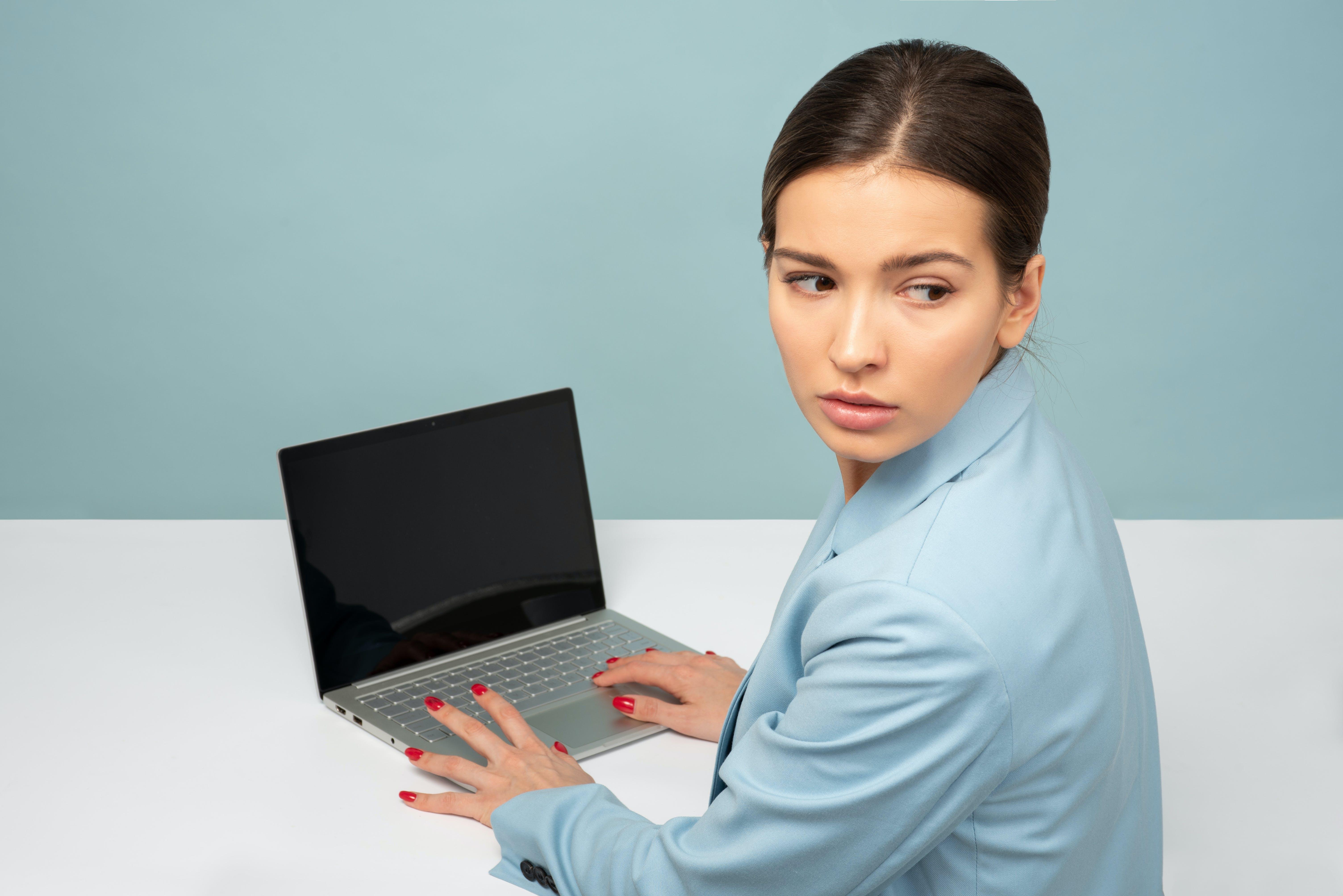 Kostenloses Stock Foto zu person, frau, laptop, mädchen