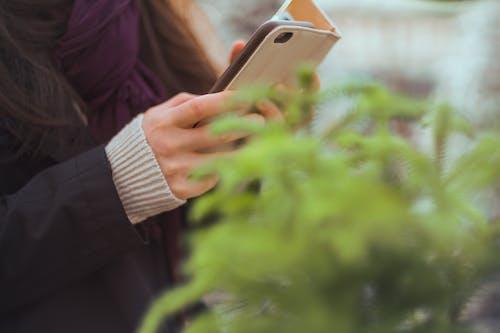 Бесплатное стоковое фото с iphone, выращивать, девочка, дневной свет