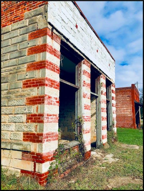 Gratis stockfoto met Historisch gebouw, leeg gebouw, oude winkel voorkant