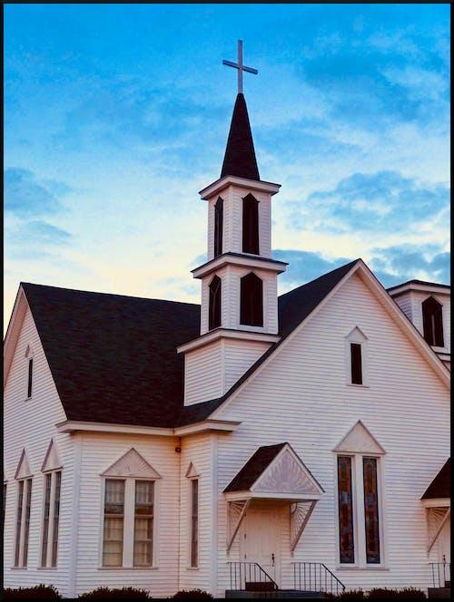 Gratis stockfoto met Historisch gebouw, kerk, kerktoren, kruis