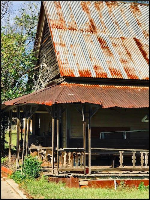 Gratis stockfoto met oud huis, oude veranda, tinnen dak, verlaten huis