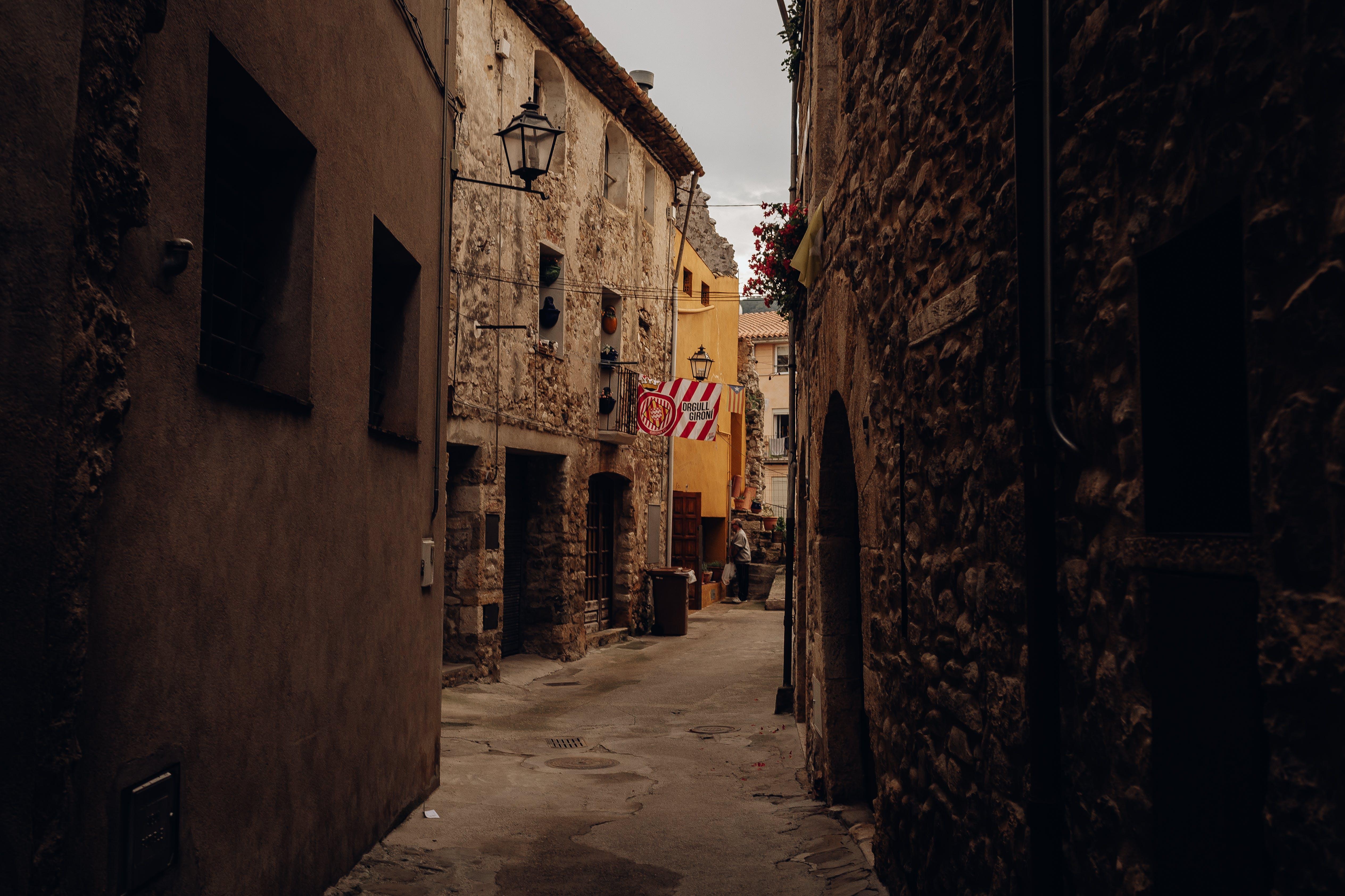 Foto d'estoc gratuïta de arquitectura, carrer, cases, ciutat