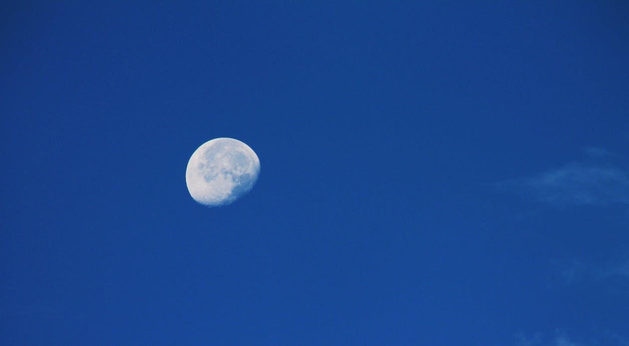 在四分之一月期間的藍天