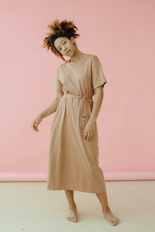 女士棕色連衣裙