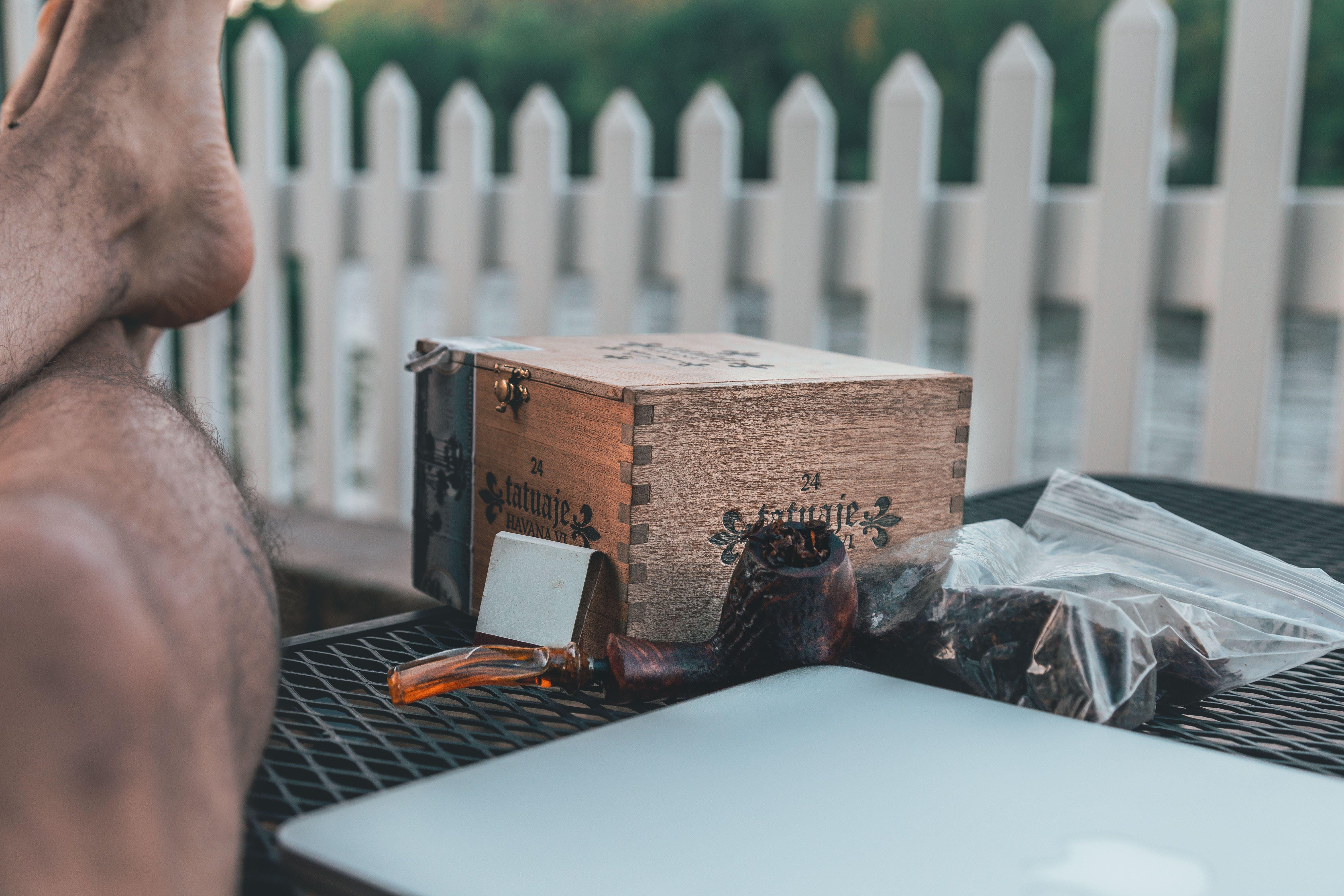 Gratis stockfoto met benen, computer, daglicht, houten