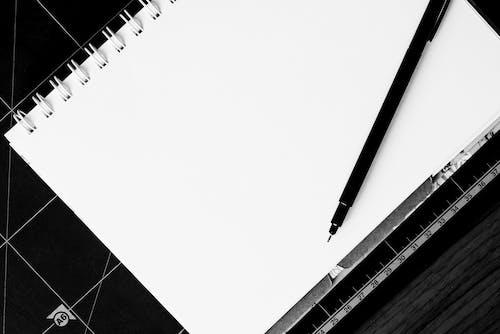 boş, mürekkepli kalem, not defteri, siyah ve beyaz içeren Ücretsiz stok fotoğraf