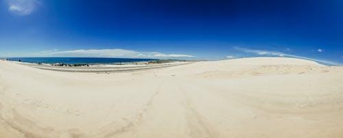 Foto profissional grátis de areia, areia branca, azul, branco