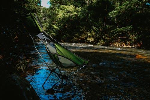 Foto profissional grátis de acampamento, água, cadeira, corrente
