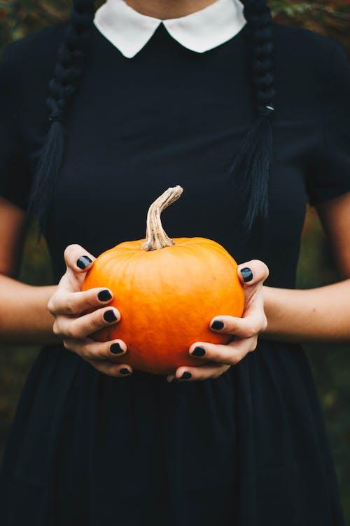 Ảnh lưu trữ miễn phí về bí ngô halloween, chiếc đầm màu đen, đàn bà, lễ hội