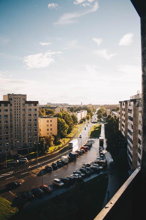 Бесплатное стоковое фото с автомобили, автостоянка, архитектура, город