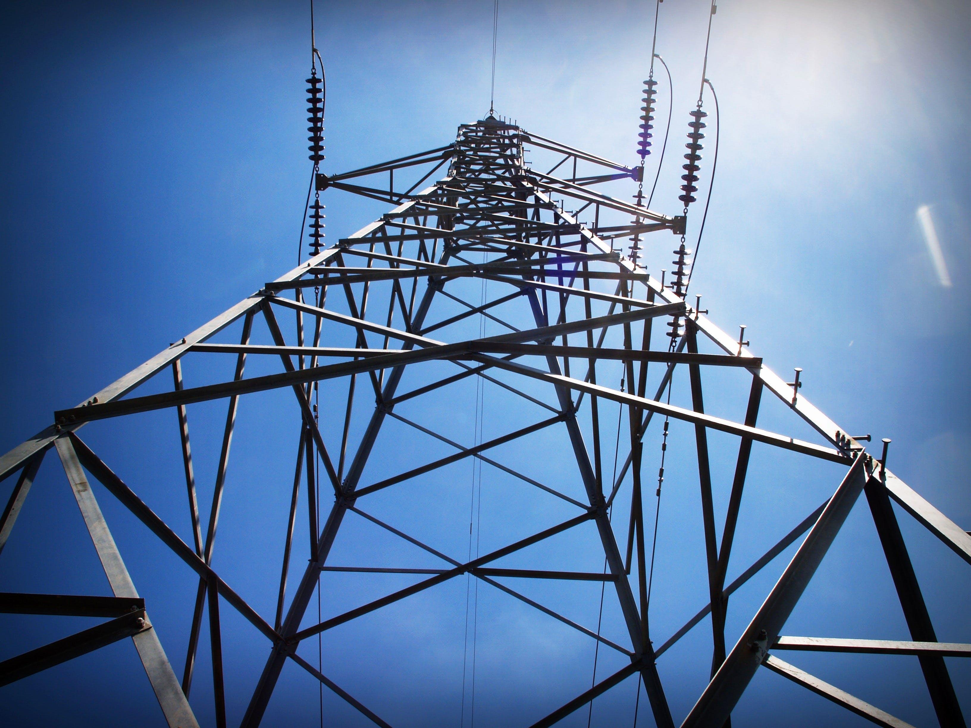 Kostenloses Stock Foto zu aufnahme von unten, elektrizität, infrastruktur, perspektive