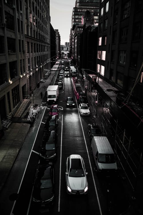 Gratis stockfoto met architectuur, auto's, donker, gebouwen