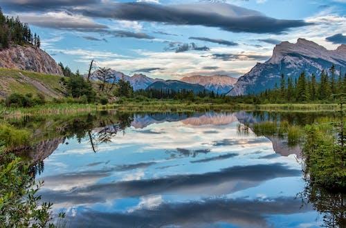 Ilmainen kuvapankkikuva tunnisteilla Alberta, aurinkoinen, Banff, banffin kansallispuisto