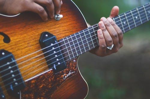 Kostenloses Stock Foto zu gitarre, hand, musik, musikinstrument