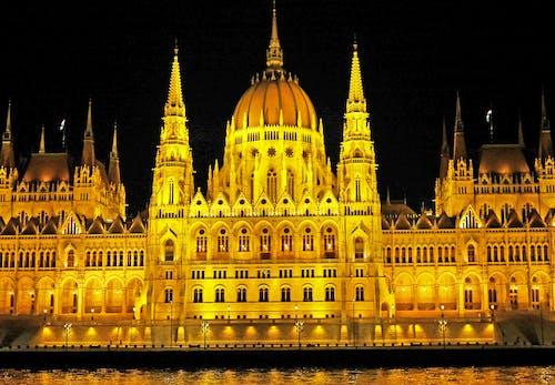 Ilmainen kuvapankkikuva tunnisteilla arkkitehtuuri, Budapest, heijastukset, ilta