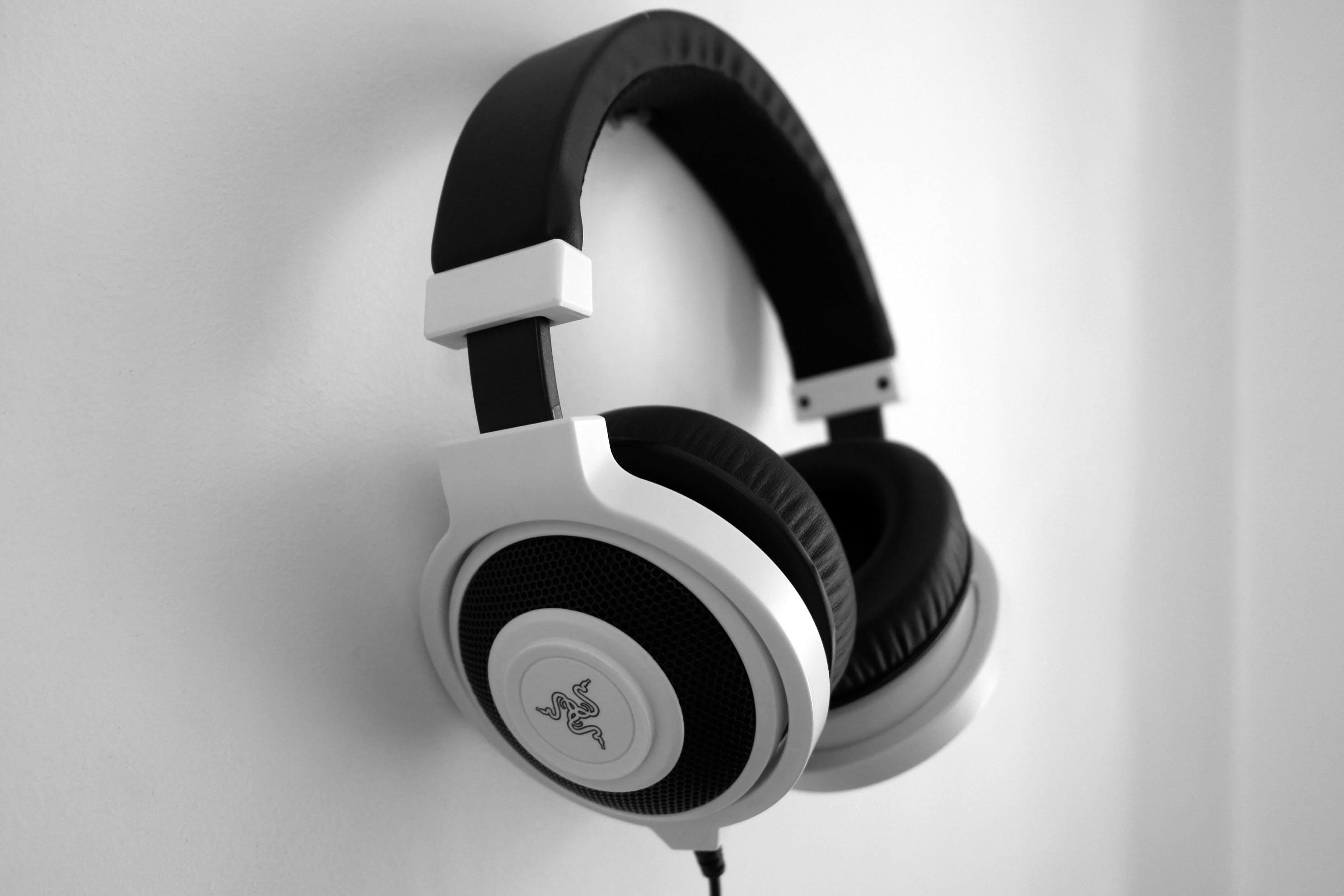 Gratis lagerfoto af close-up, hovedtelefoner, hængende, sort-hvid