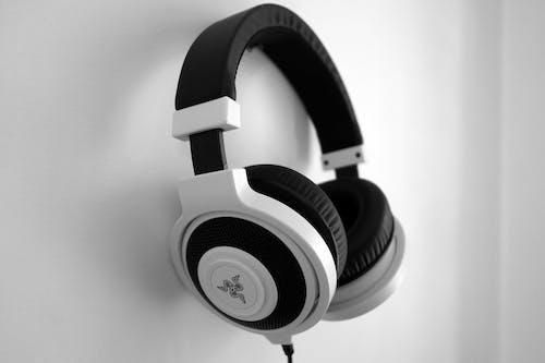 Foto d'estoc gratuïta de auriculars, blanc i negre, penjant, primer pla