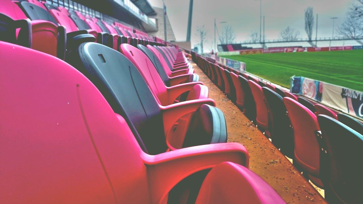 日中の空のスポーツスタジアムの座席