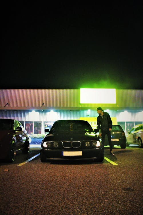 adam, araba, asfalt, farlar içeren Ücretsiz stok fotoğraf