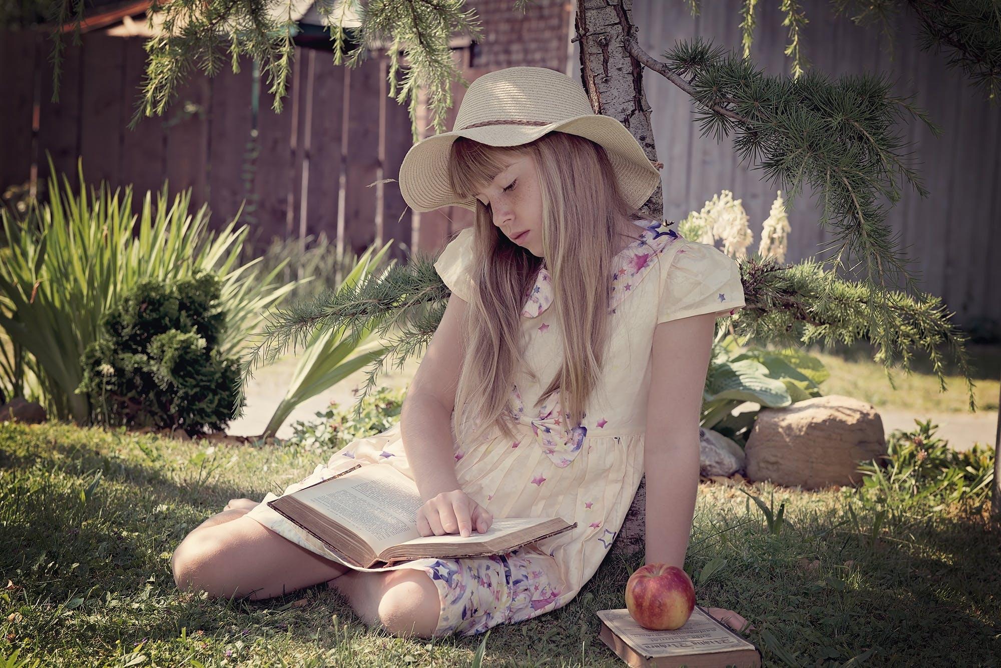 Kostenloses Stock Foto zu apfel, blond, bücher, draußen