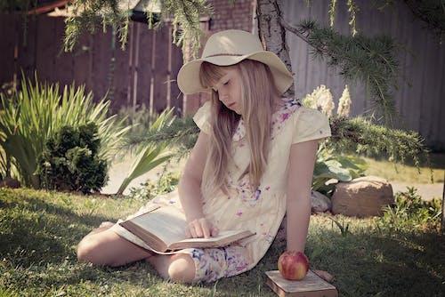 Základová fotografie zdarma na téma apple, blond, čtení, dítě