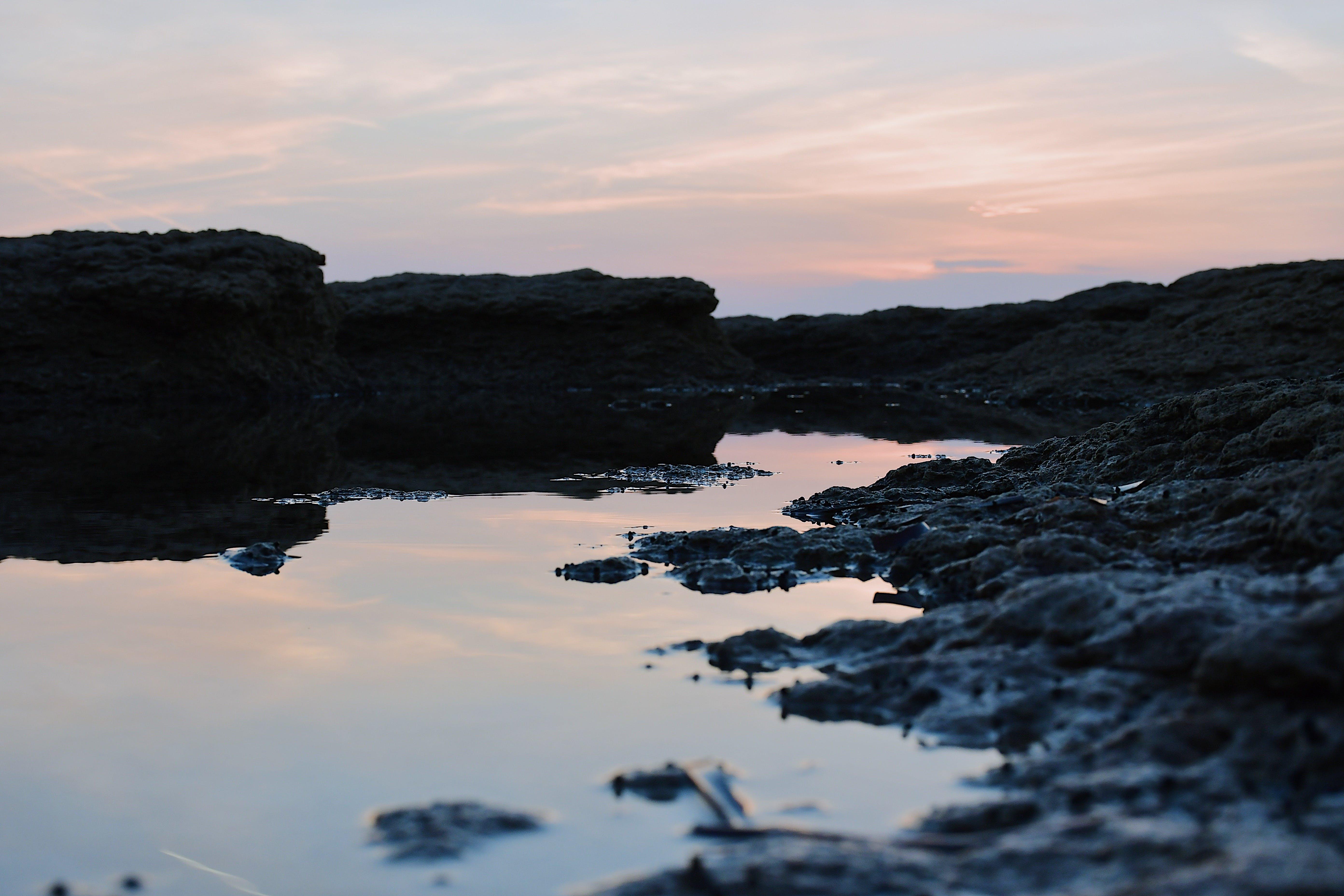 Kostenloses Stock Foto zu abend, felsen, gewässer, himmel