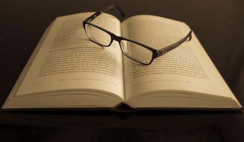 Fotos de stock gratuitas de conocimiento, gafas de lectura, información, páginas
