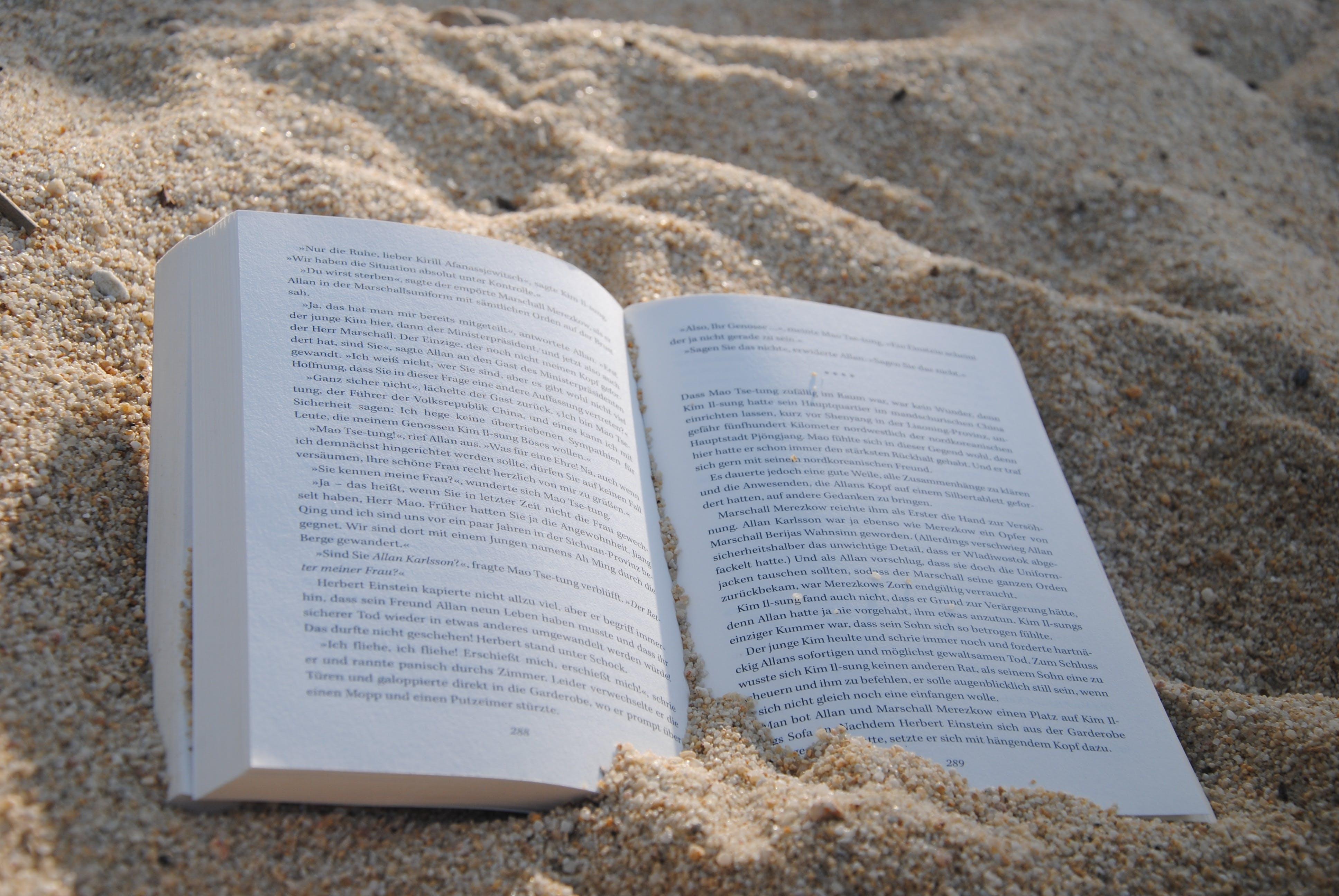 Kostenloses Stock Foto zu strand, sand, buch, papier