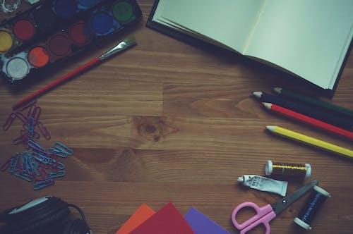 Gratis arkivbilde med børste, fargeblyanter, hodetelefoner, kjegler
