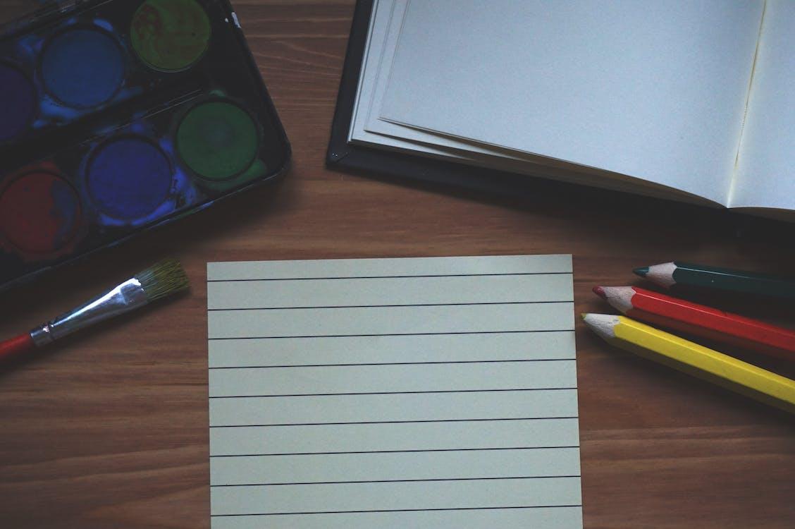 fargede blyanter, malerpensel, maling