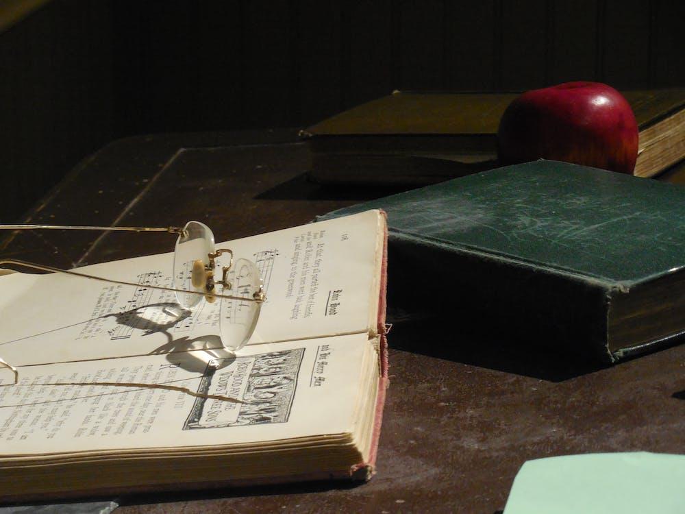 briller, bøger, side