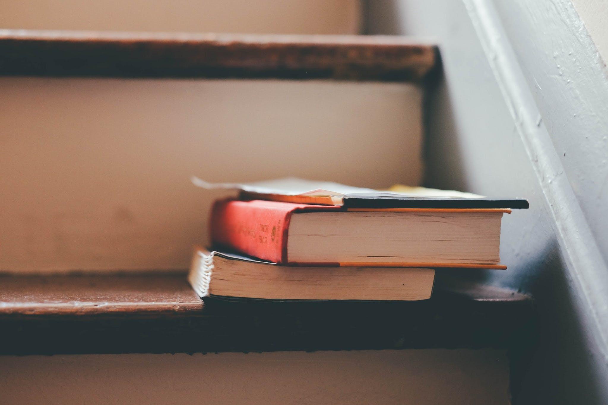 Hindari membuat ruang belajar anak menjadi penuh barang sehingga membuatnya harus belajar di tangga seperti ini. (Foto: Pexels)