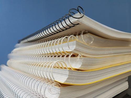 Fotos de stock gratuitas de amontonados, cuadernos, papeles, primer plano