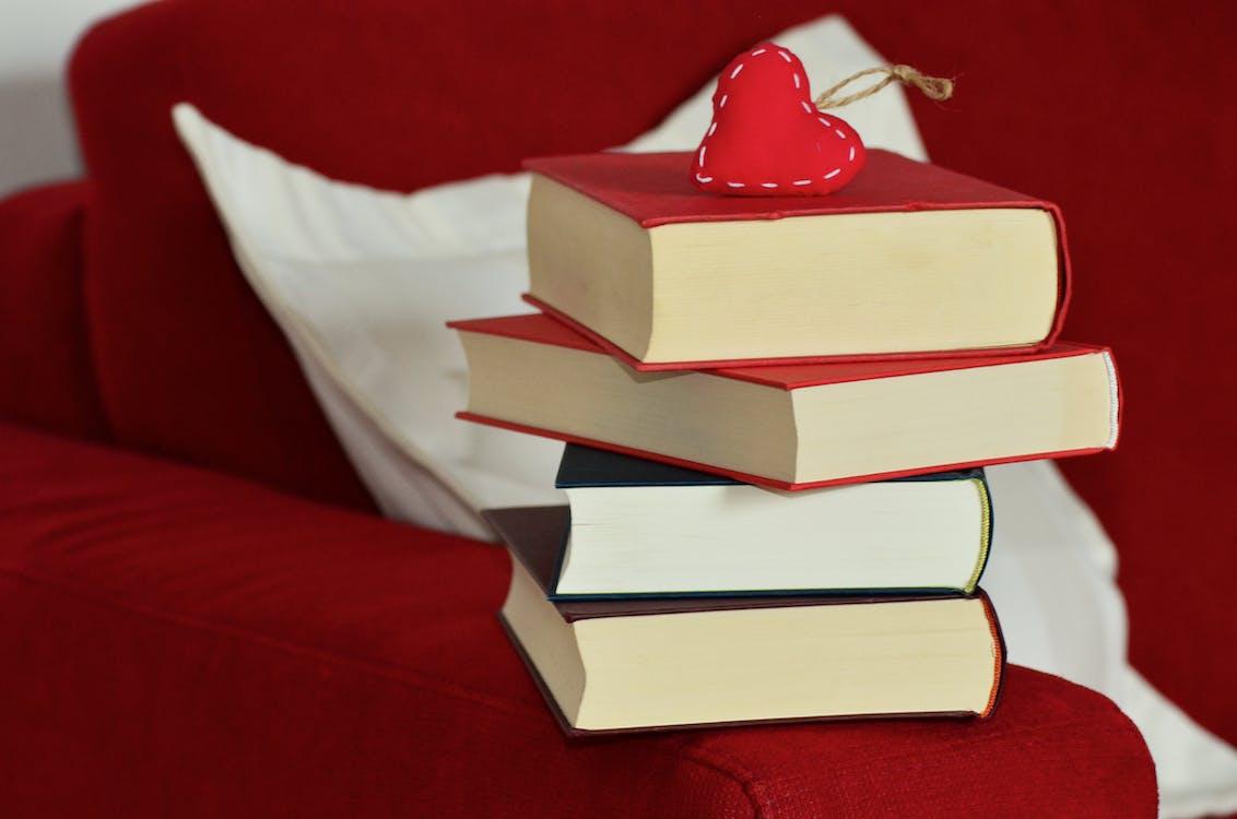 böcker, hjärta, soffa