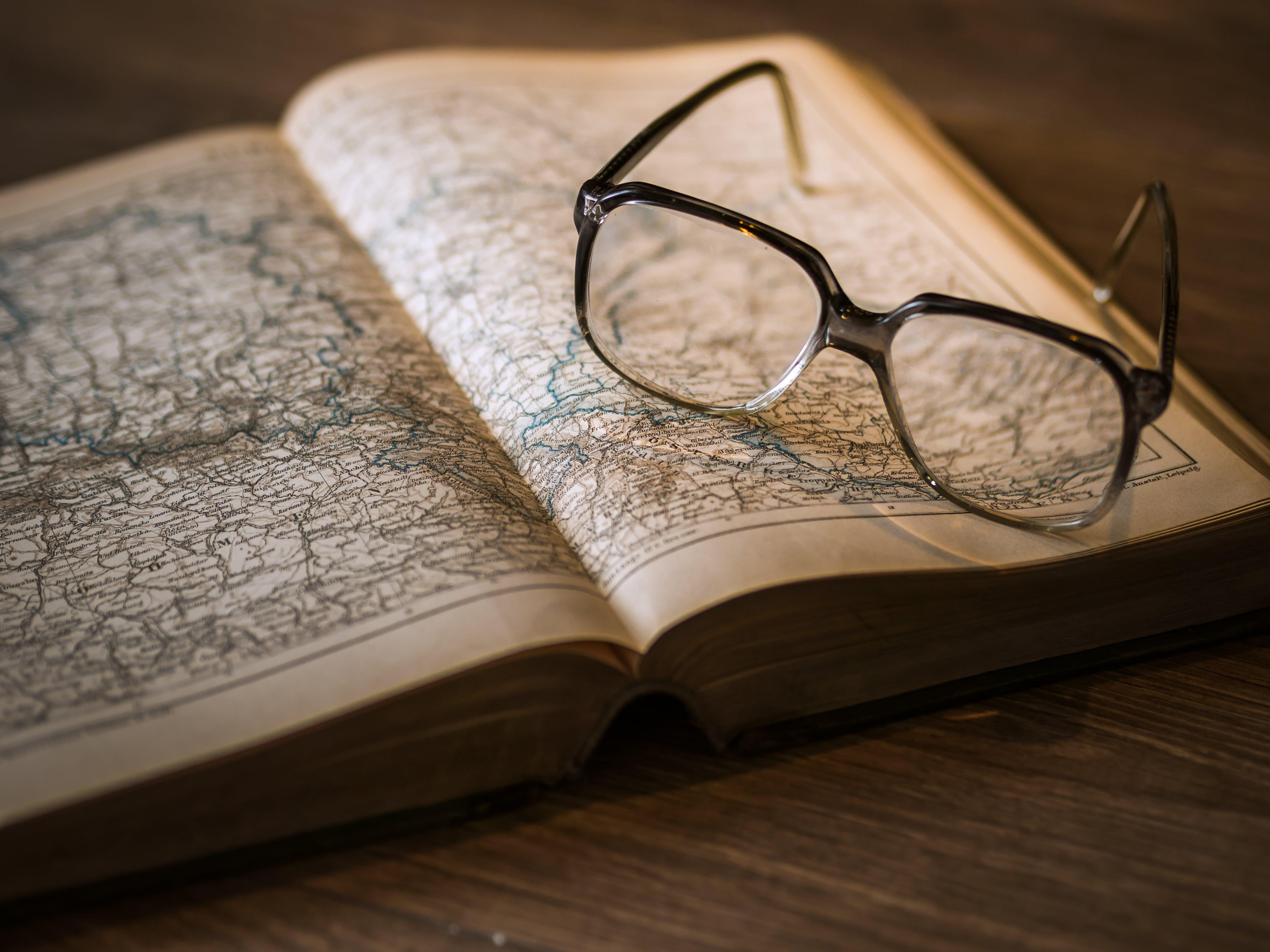 gözlük, harita, sayfa içeren Ücretsiz stok fotoğraf
