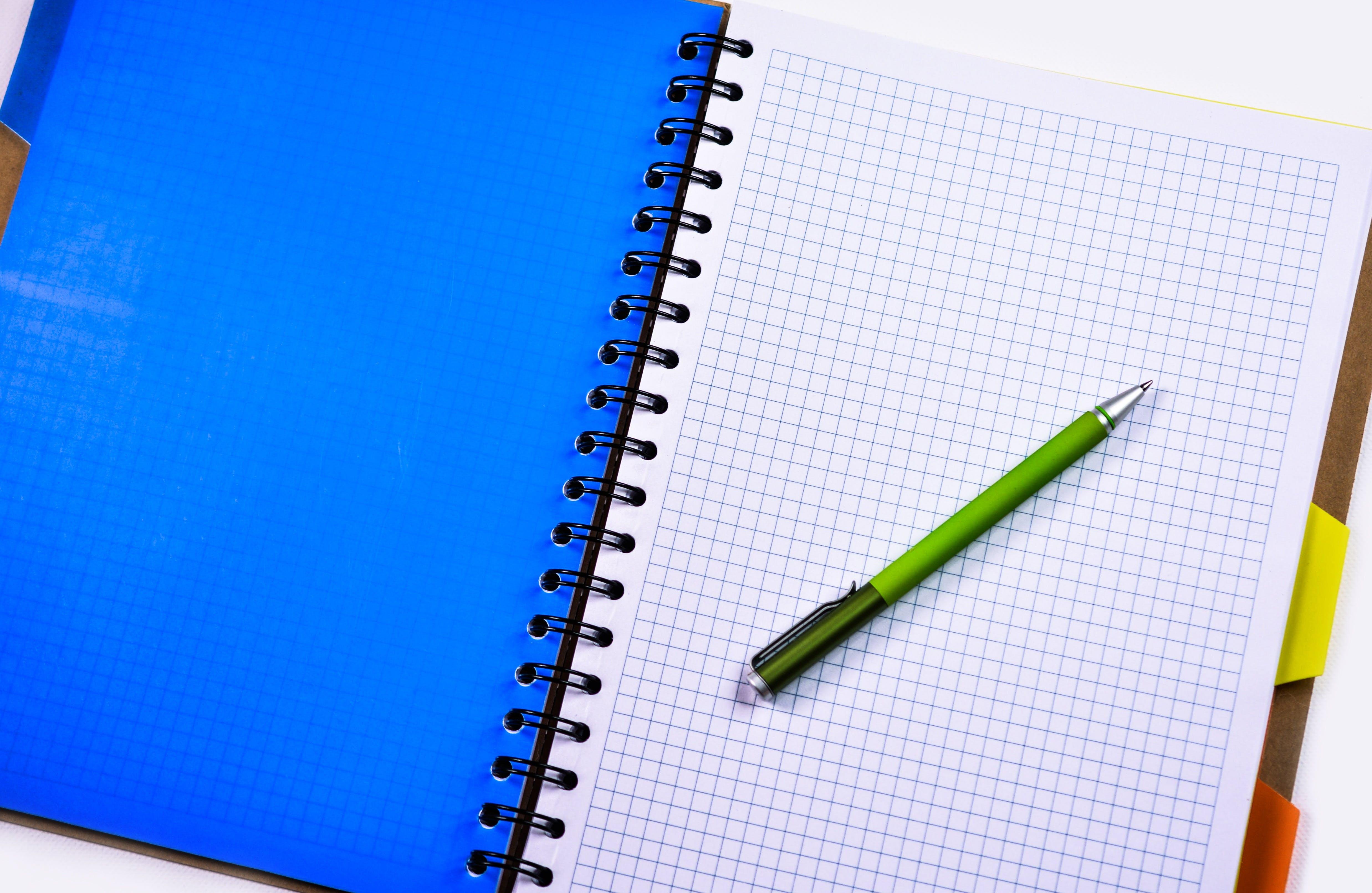 Gratis lagerfoto af kvadreret papir, notesbog, pen