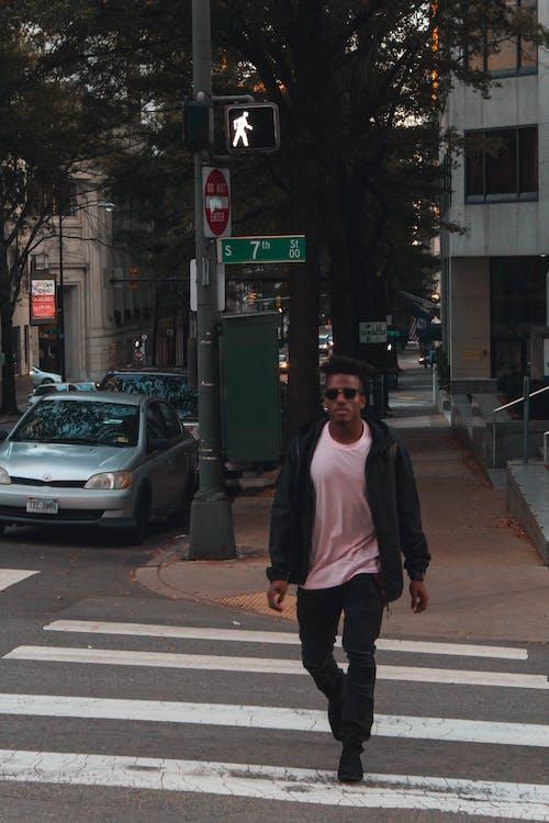 Foto De Una Persona Caminando Por Un Carril Peatonal