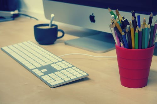 Бесплатное стоковое фото с apple, карандаши, клавиатура, ноутбук
