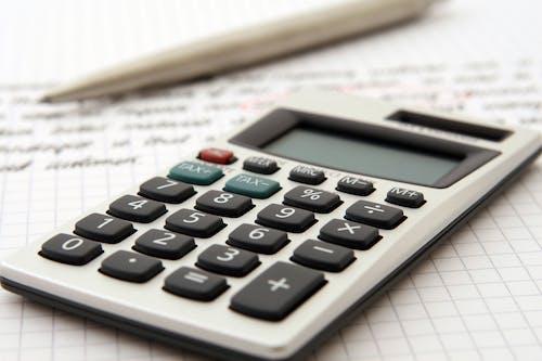 Fotos de stock gratuitas de balance, banca, bolígrafo, calculadora
