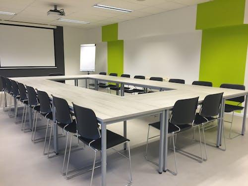Projekce v zasedací místnosti při pracovní schůzce
