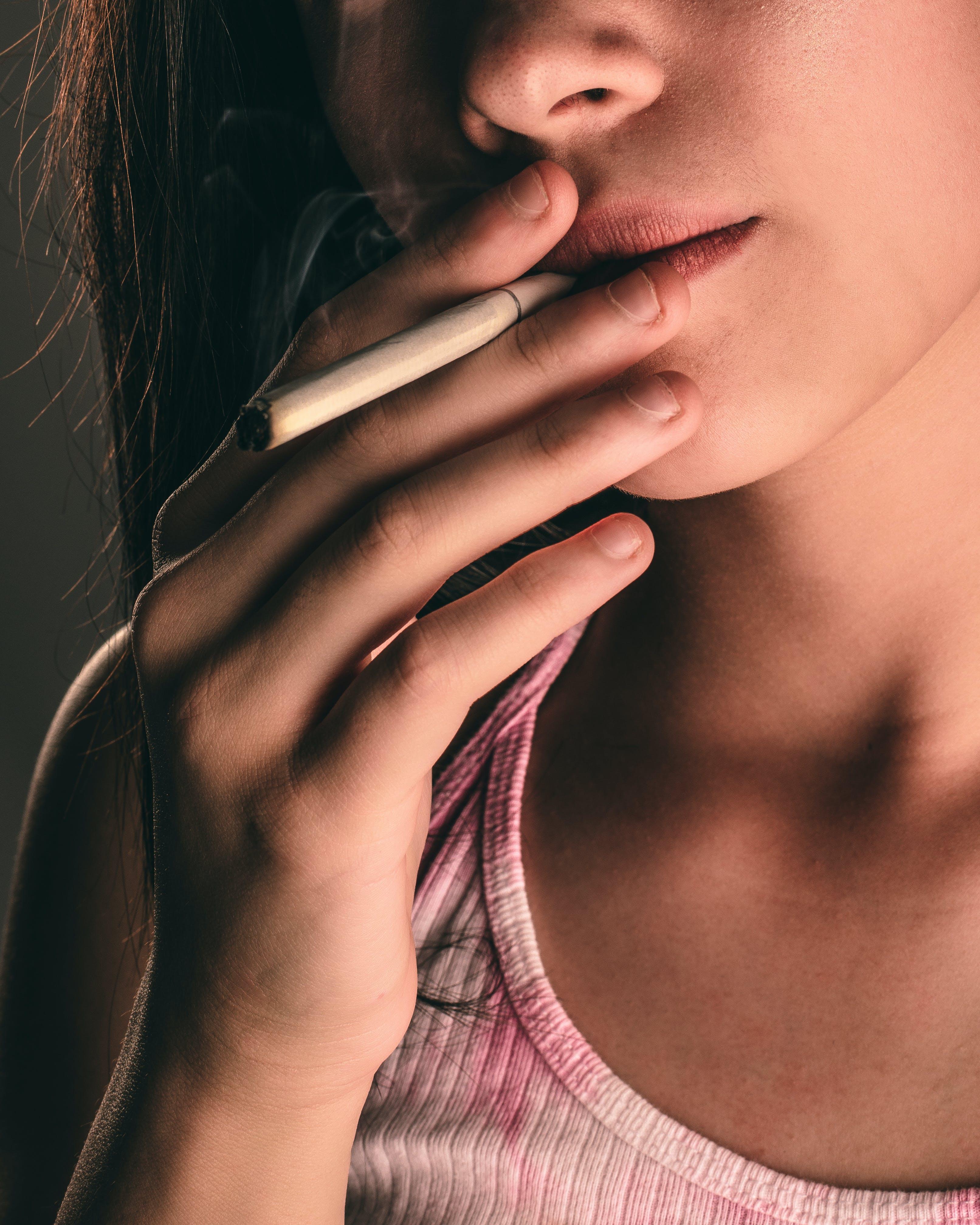 Foto d'estoc gratuïta de bonic, cigarret, dits, dona