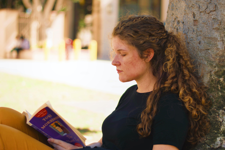Základová fotografie zdarma na téma atraktivní, brunetka, číst, čtení