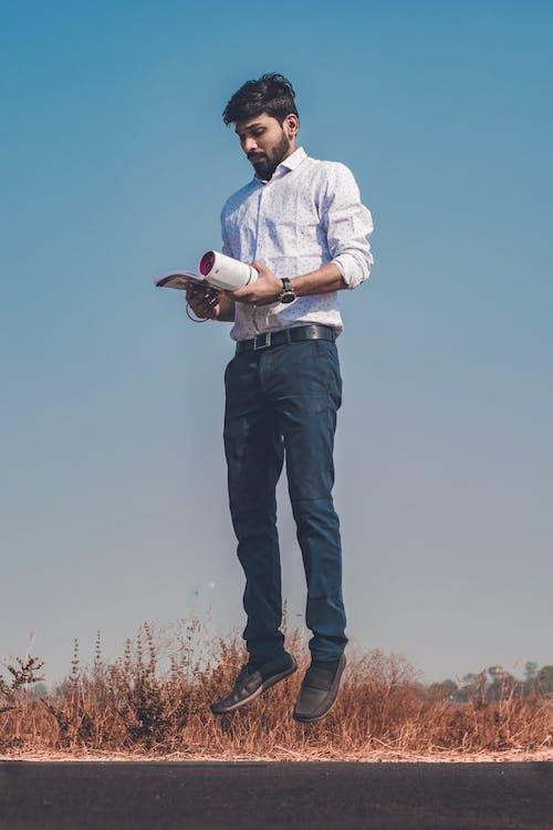 Kostenloses Stock Foto zu blauer himmel, bücher, einfrieren, pädagogisch