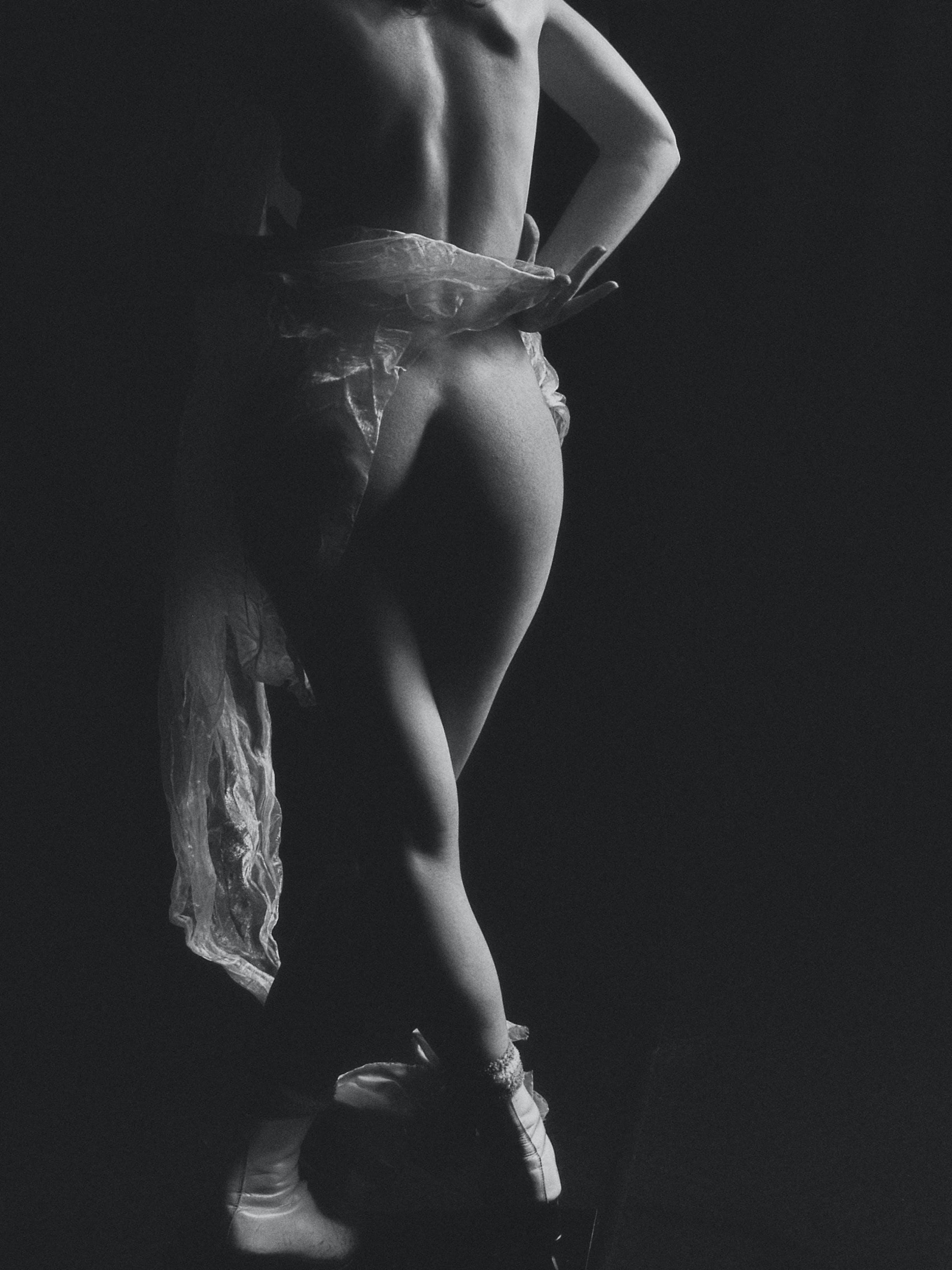 Free stock photo of девушка, студия, тело, черное и белое