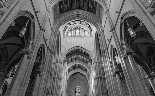 Foto profissional grátis de arcadas, arquitetura, capela, construção
